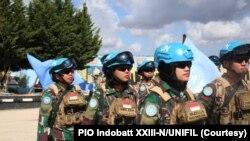 Lettu Rima Eka Tiara (tengah) dan Serda Yazella Agustin (kanan) merupakan bagian dari satgas batalion Indonesia (Indobatt), Pasukan Penjaga Perdamaian PBB di Lebanon (UNIFIL). (Foto: PIO Indobatt XXIII-N/UNIFIL)