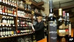 Tbilisidagi vino do'koni sohibasi Nana Mageladze