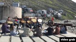 阿拉斯加孤島小代奧米德島居民過著與世無爭的生活。(視頻截圖)