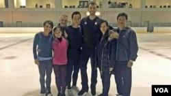 북한 피켜 스케이팅 선수들을 지도한 캐나다인 브루노 마르코트 코치(왼쪽 3번째)와 북한의 염대옥(왼쪽 2번째), 김주식(왼쪽 4번째) 선수. 마르코트 코치가 제공한 사진이다.
