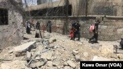 지난 1일 이라크 모술 올드시티의 주민들이 정부군과 ISIL 간의 교전을 피해 달아나고 있다.