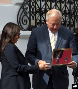 U.S. diplomat Thomas Shannon receives a souvenir from Venezuelan Foreign Minister Delcy Rodriguez after a private meeting with President Nicolas Maduro at Miraflores Presidential Palace in Caracas, Venezuela, June 22, 2016.