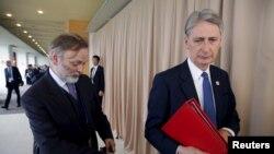 Bộ trưởng Ngoại giao Anh Philip Hammond (phải) và giám đốc chính trị của Bộ Ngoại giao Anh Tim Barrow đến làm việc với các ngoại trưởng G7 ở Hiroshima, Nhật Bản, 11/4/2016.
