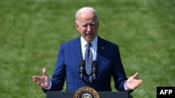 美國總統拜登在白宮草坪上發表講話。 (2021年8月5日)