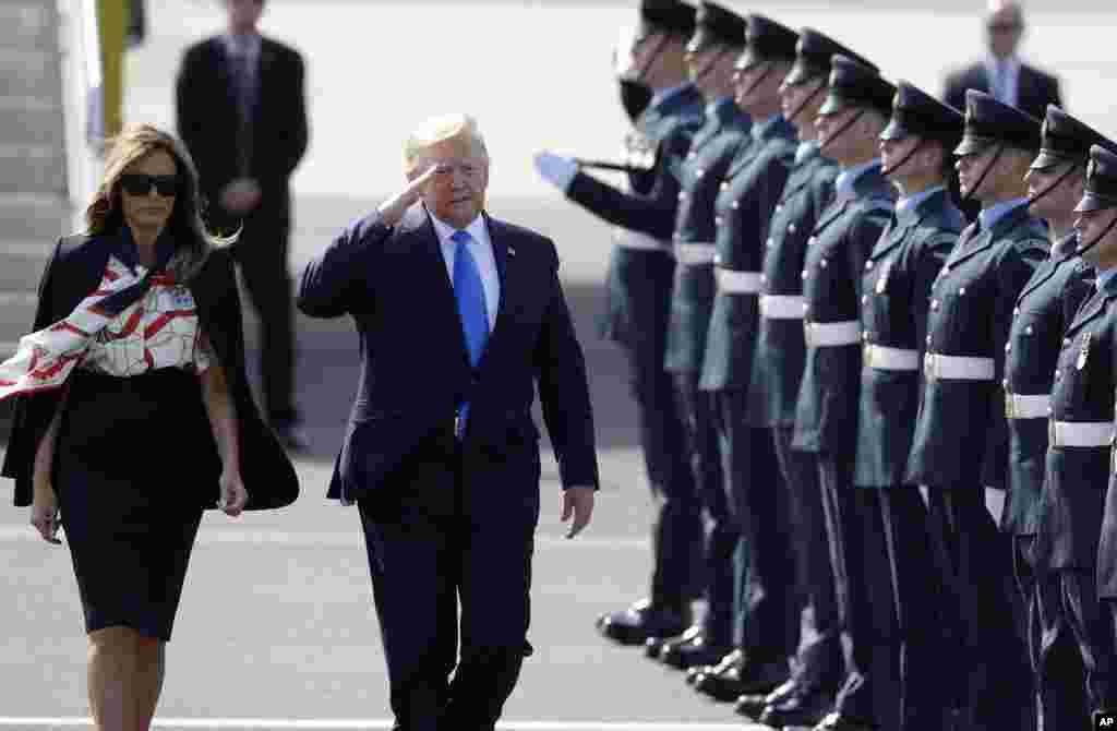 Президент США Дональд Трамп отдает честь почетному караулу в аэропорту Станстед, Великобритания, 3 июня 2019.