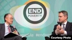 2017年4月20日世界银行与国际货币基金组织春季会议世界银行行长金墉与影星马特·戴蒙对话(世界银行西蒙.D.麦克考提拍摄)