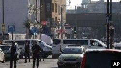2017年6月19日,法医和警察在发生车辆撞人事件的北伦敦芬斯伯雷公园清真寺附近。