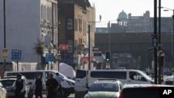 Sebuah tenda forensik dan polisi terlihat di Seven Sisters Road menuju Masjid Finsbury Park pasca insiden sebuah kendaraan menabrak pejalan kaki di London utara, 19 Juni 2017. (AP Photo/Tim Ireland).