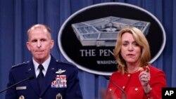 La secretaria de la Fuerza Aérea, Deborah Lee James, y el jefe del Comando de Ataque Global, general Stephen Wilson, en rueda de prensa en el Pentágono.