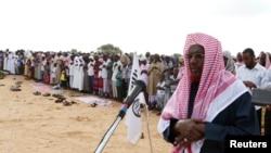Pemimpin senior al-Shabab Sheikh Hassan Dahir Aweys saat memimpin sholat Idul Adha di Mogadishu, 6 November 2011 (Foto: dok). Sheikh Hassan Dahir Aweys dilaporkan telah ditahan di Somalia Tengah, Rabu (26/6).