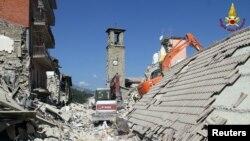 Nhân viên cứu hộ đào bới đống đổ nát của một ngôi nha sau trận động đất tại Amatrice, Ý, ngày 26 tháng 08 năm 2016.