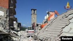 救援人员在意大利中部城镇阿马特里切进行搜救。
