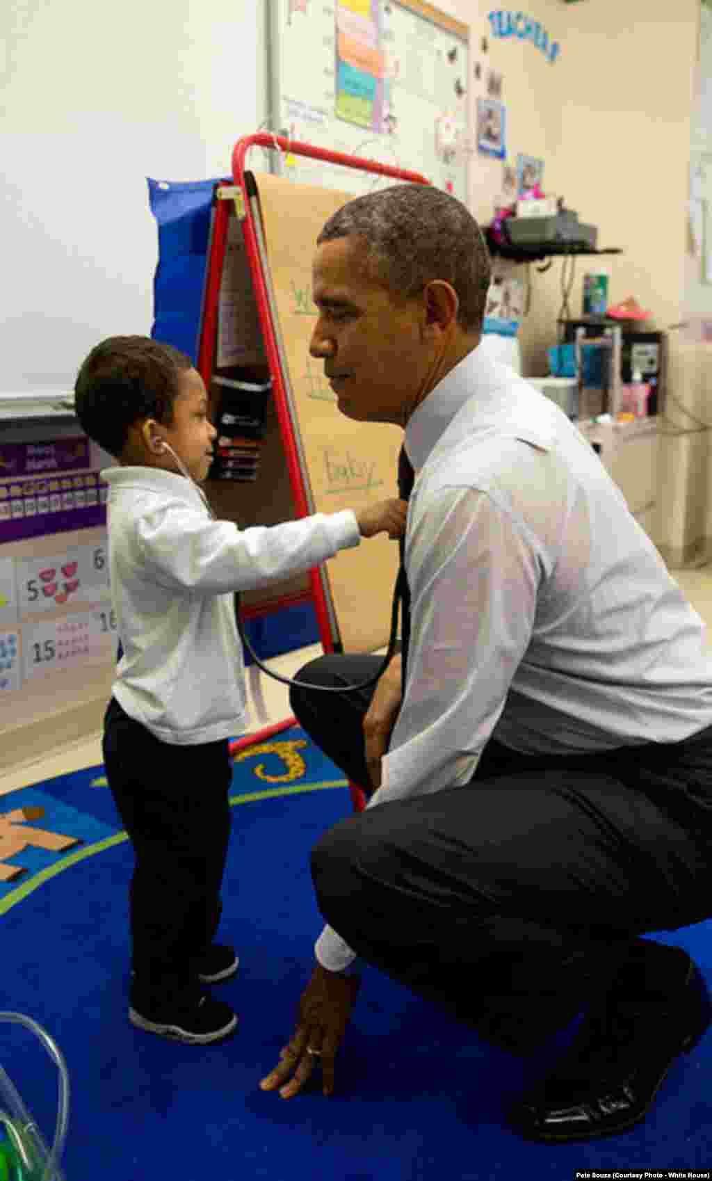Le président visite une école primaire à Washington DC, le 1er juin 2014.