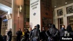 Cảnh sát Philadelphia tụ tập bên ngoài Trung tâm Hội nghị Philadelphia sau khi điều tra một âm mưu nhằm tấn công địa điểm kiểm phiếu trong cuộc bầu cử TT Mỹ 2020. Ảnh chụp ngày 6/11/2020. REUTERS/Eduardo Munoz