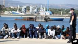 Di dân chờ kiểm tra sau khi rời khỏi tàu Cảnh sát biển Ý đến thành phố Augusta trên đảo Sicily ngày 3/6/2015. Một tàu tuần duyên Ý đã cập cảng Augusta trên đảo Sicily hôm 13/5/2016, mang theo 340 người di dân vừa được cứu trên biển Địa Trung Hải.