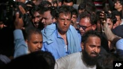 نواز شریف کے داماد کیپٹن (ر) صفدر کے اتوار کو راولپنڈی میں ایک ریلی کے دوران گرفتاری دی تھی۔