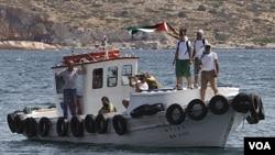 Para aktivis pro-Palestina melambai di atas kapal bantuan 'Juliano' saat berangkat dari pelabuhan Perama, Yunani menuju Jalur Gaza (6/7).