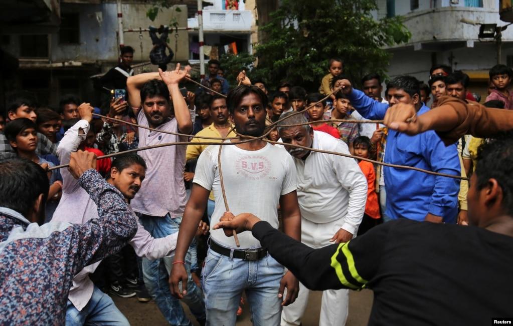 Hindistanın Əhmədabad şəhərində hər il keçirilən araba yarışlarına hazırlıqlar gedir.