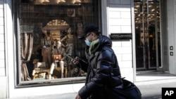 Milanda moda brendlərinə məxsus mağazalar koronavirusla əlaqədar karantinə görə bağlanıb, fevral, 2020.