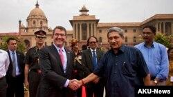 美國國防部長卡特(左)在新德里和印度國防部長會面簽署了一項防務安全合作協議。
