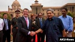 美国国防部长卡特与印度国防部长帕里卡尔在新德里会面。(2015年6月3日)