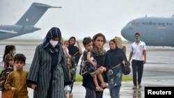 從阿富汗撤離的民眾抵達印度空軍基地(2021年8月22日)
