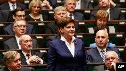 PM Polandia Beata Szydlo ketika menghadiri pelantikan anggota parlemen baru di Warsawa, yang dikuasai partai konservatif (foto: dok). Kebijakan pemerintah konservatif baru yang pro-Katholik banyak dikecam warga Polandia yang sekuler.