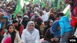 جناح ایونیو پر جلسے کی جگہہ پر موجود خواتین