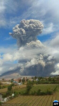 Erupsi Gunung Sinabung di Kabupaten Karo, Sumatra Utara, yang terjadi pada, Senin 10 Agustus 2020. (Foto: Pos Pemantau Gunung Sinabung)