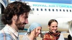 سه امدادگر فرانسوی توسط سفیر فرانسه در مسقط تحویل گرفته شدند. ۱۴ نو.امبر ۲۰۱۱
