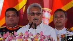 Presiden Sri Lanka yang baru terpilih, Gotabaya Rajapaksa berpidato seusai upacara pengambilan sumpah di kuil Budha Ruwanweli Seya 140 SM di di kerajaan kuno Anuradhapura, Sri Lanka utara, Senin, 18 November 2019.