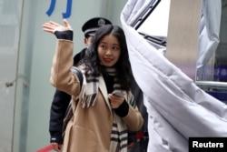 前央視實習生周曉璇公開指控央視主持人朱軍性騷擾兩年後走進北京海淀區一家法院出庭。 (2020年12月2日)