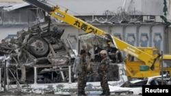 Pripadnici avganistanskih snaga bezbednosti na mestu gde se odigrao današnji napad