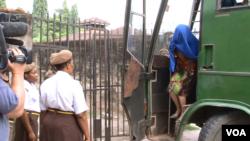 楊鳳蘭在警方的押送下前往法庭(美國之音斯瓦西里語組提供)