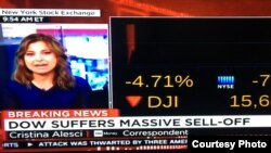 Chỉ số Dow Jones ở New York trên kênh truyền hình CNN sáng 24/8/2015 (ảnh Bùi Văn Phú)