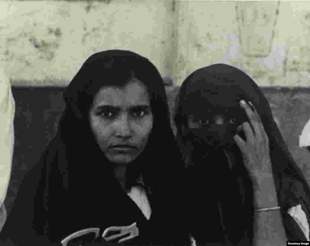 Misrlik ikki ayol. 1963-yil. Amerikalik suratkash, fotojurnalist Doroteya Lang Buyuk tushkunlik davrini mohirona tasvirga tushirgan. U hujjatli fotografiya rivojiga qo'shgan hissasi bilan tanilgan.
