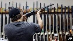 Seorang pelanggan sedang memilih-milih senjata di sebuah toko senjata api di College Station, Texas, AS (foto: ilustrasi).