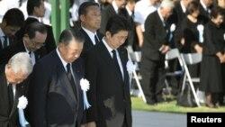 Yaponiya rasmiylari 1945-yilgi atom hujumi qurbonlari xotirasiga sukut saqlamoqda, Xirosima, Yaponiya, 2018-yil, 6-avgust.