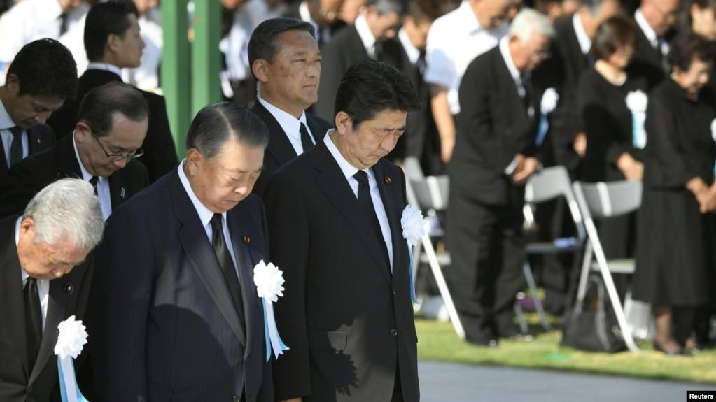 El primer ministro de Japón, Shinzo Abe, y otros funcionarios oran en silencio por las víctimas del ataque atómico de 1945 en el Parque del Recuerdo de la Paz en Hiroshima, oeste de Japón, el 6 de agosto de 2018.