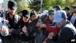 2016年11月4日在土耳其东南部城市迪亚巴克尔发生炸弹爆炸之后,警方逮捕一名抗议者。
