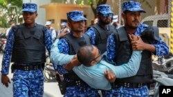 馬爾代夫異議人士要進入議會被警察制止。