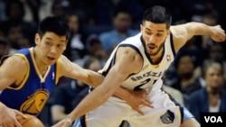 El alero venezolano de los Memphis Grizzlies, Greivis Vásquez, frente a Jeremy Lin de Golden State Warriors, la acción de la NBA.
