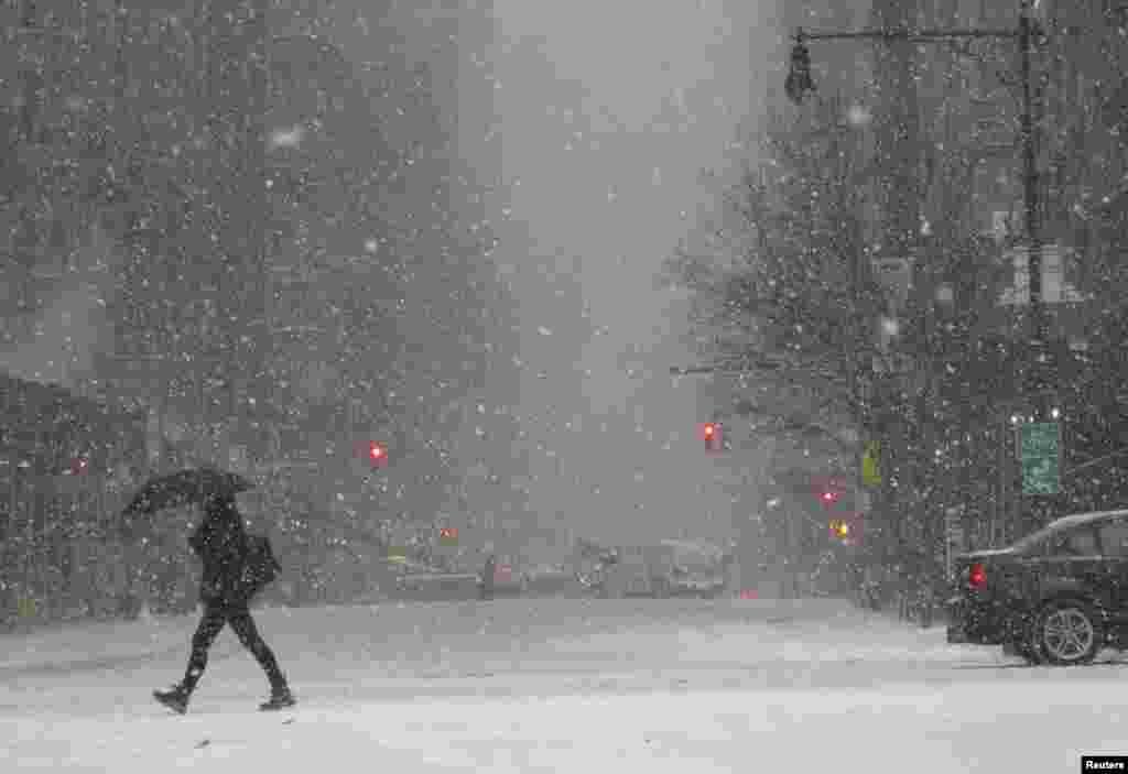 امریکہ کے شمال مشرقی علاقوں کو برفباری اور سرد ہواؤں نے اپنی لپیٹ میں لے رکھا ہے جس سے ذرائع آمدورفت اور معمولات زندگی متاثر ہوئے ہیں۔