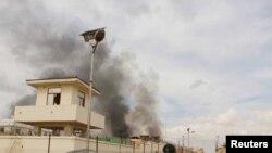 افغان صوبے ہلمند میں طالبان کے حملے کے بعد ایک عمارت سے دھواں اٹھ رہا ہے۔ فائل فوٹو