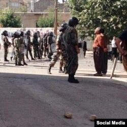 درگیری پلیس ضدشورش با معترضان در بانه