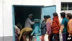 식량을 배급받기 위해 줄서있는 북한주민들 (자료사진)