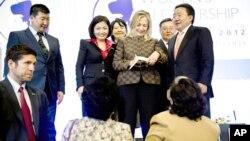 La secretaria de Estado Hillary Clinton firma autógrafos luego de su discurso en el Foro Internacional de Liderazgo de Mujeres, en Ulan Bator, Mongolia.