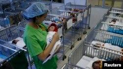 Việt Nam gần đây báo động về tỷ lệ sinh ở các bệnh viện phụ sản trong nước đang giảm mạnh.