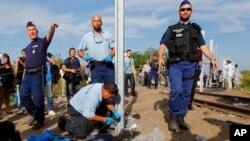 Radnici podižu ogradu nakon što je policija zatvorila prelaz između Srbrije i Mađarske u mestu Reske