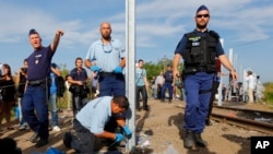 匈牙利警方关闭了该国南部与塞尔维亚之间的边界线并开始修建一道围墙 (2015年9月14日)